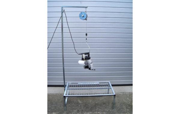 Nähmaschinentisch mit Galgen mit Federzug und Bügel zum Aufhängen von Handsacknähmaschinen