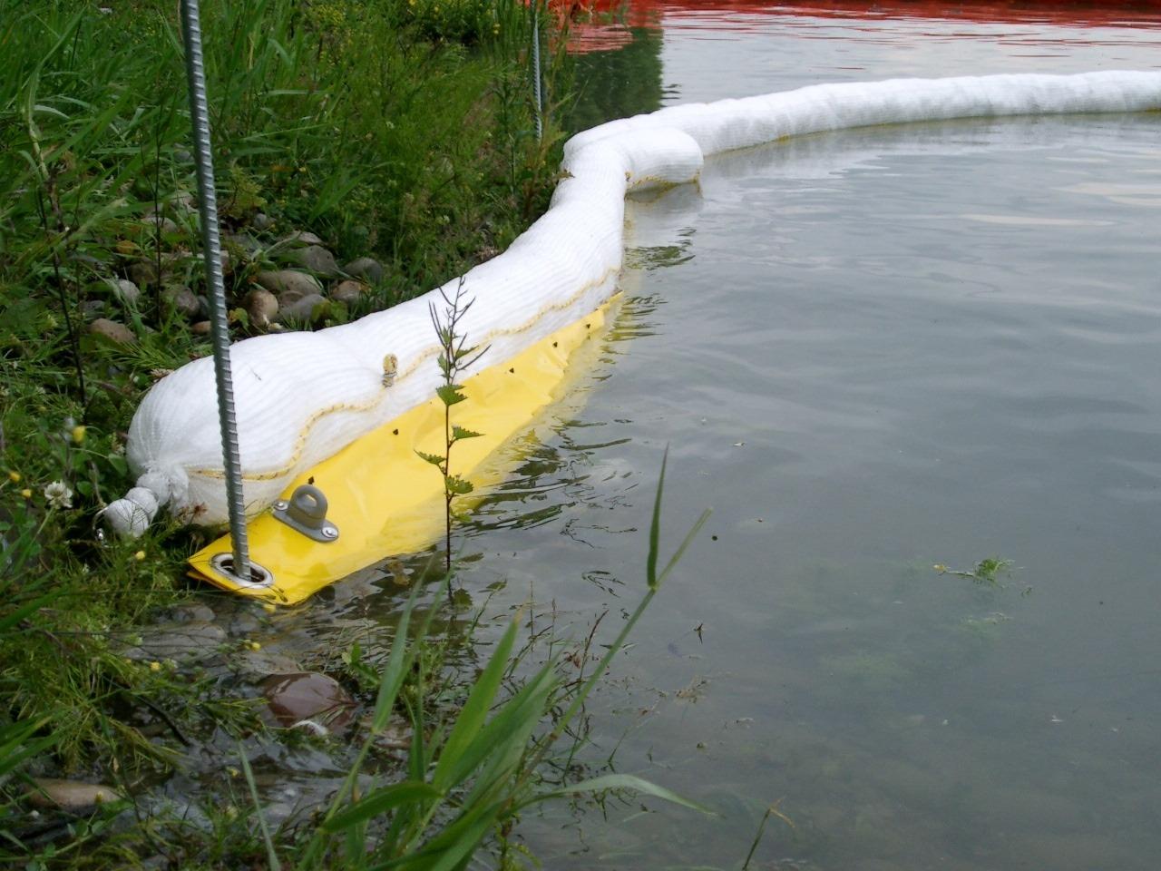 Umweltschutz auf Gewässern mittels einer SEABOR Wasserschürze an einem Sorbent-Schlauch